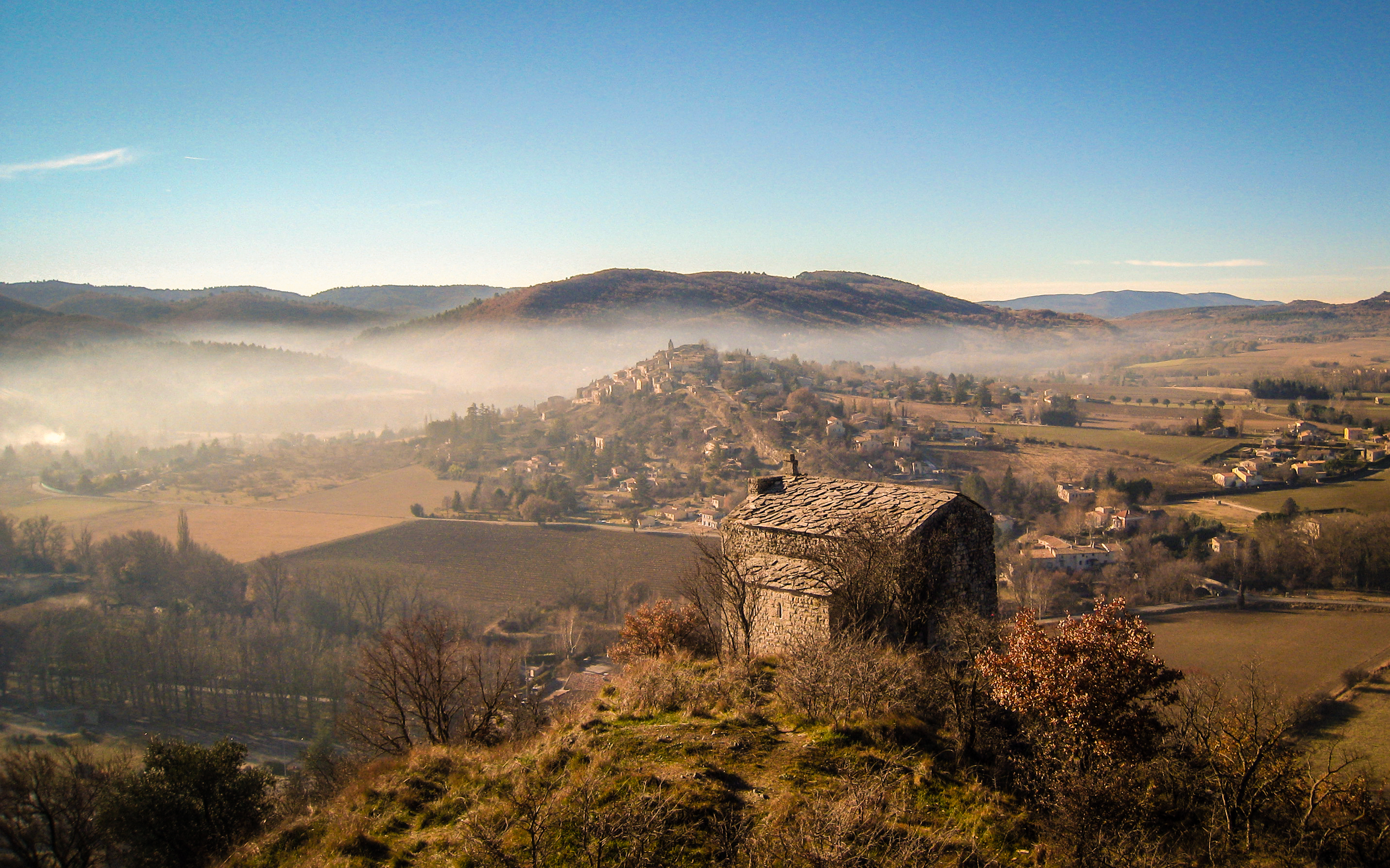 Dans les Alpes-de-Haute-Provence : la chapelle Sainte-Agathe à Saint-Maime (XIIIe siècle, inscrite au titre des Monuments historiques) faisant face au village perché de Dauphin.