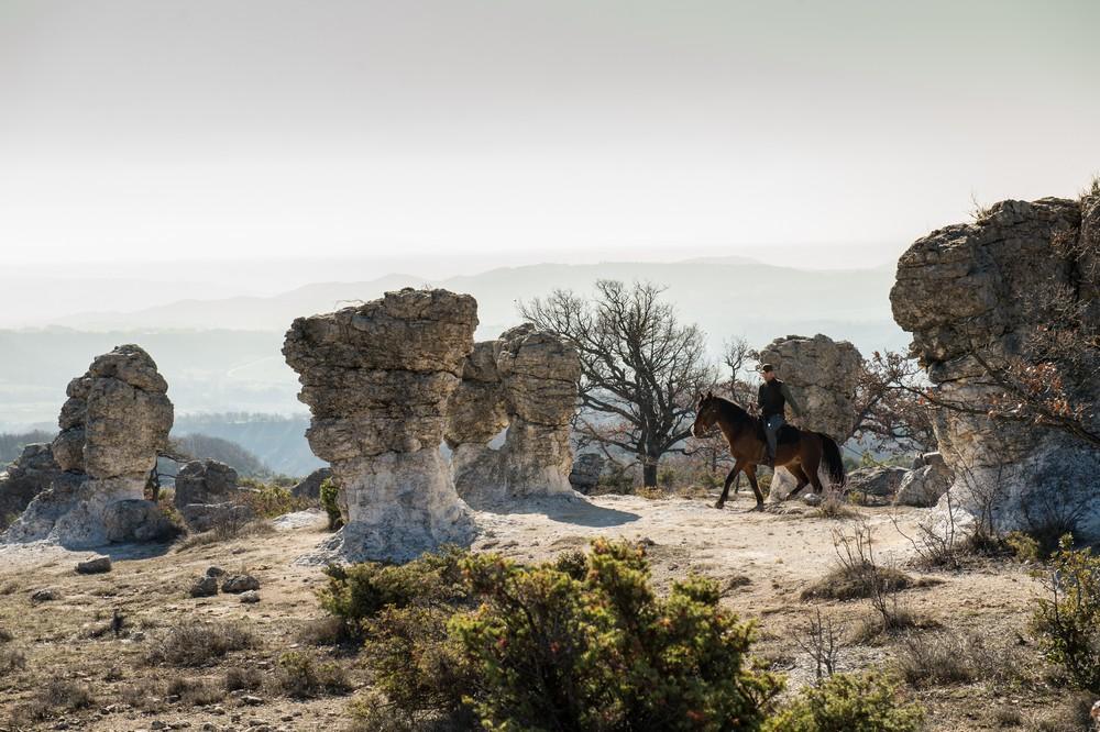 un cavalier et un cheval dans les Mourres à Forcalquier