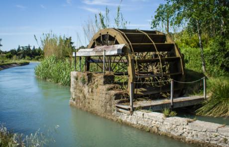 En passant le long du canal de Carpentras : une roue à aube à Cheval-Blanc.