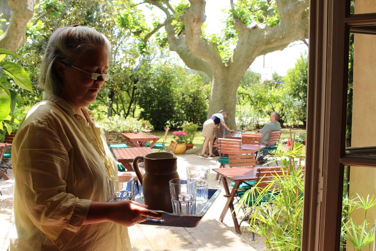 Nina Crovara sur la terrasse du Mas des grès