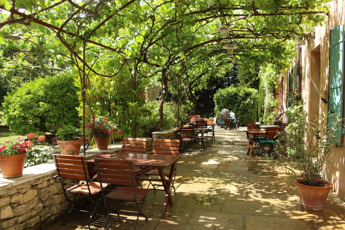 La terrasse de l'hôtel Mas des grès à Lagnes