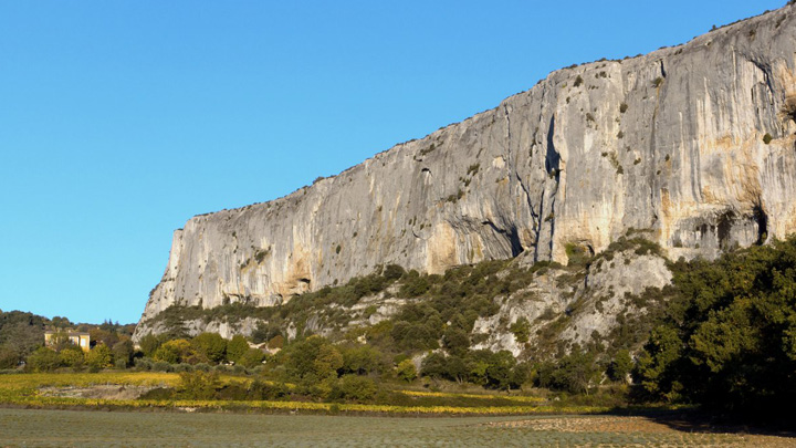 Falaise de la Madeleine à Lioux (photo PNRL - Stéphane Legal)