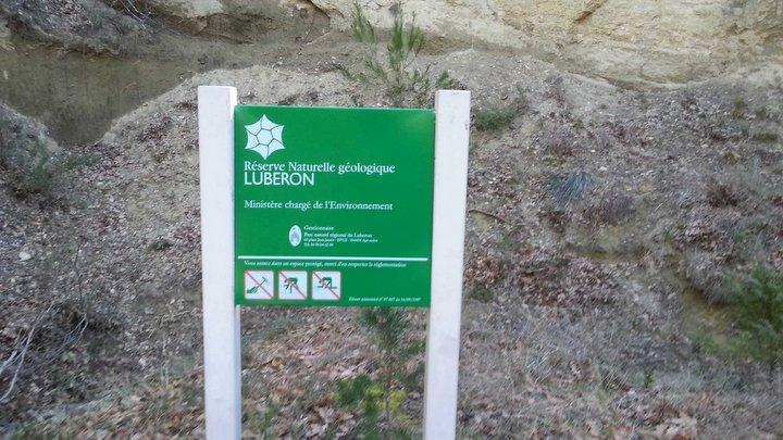 Panneau réglementaire sur un site de la Réserve Naturelle Nationale géologique du Luberon (photo PNRL - Stéphane Legal)