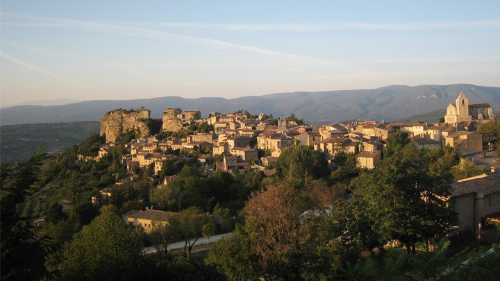 Le village de Saignon au coucher du soleil (photo PNRL - Jérémie Haye)