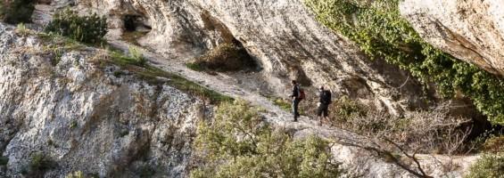 Randonneurs sur les rochers de Baude dans le petit Luberon (photo David Tatin - Orbisterre)