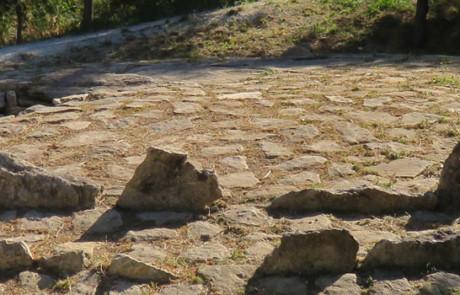 Dolmen de l'Ubac à Goult (photo PNRL - Stéphane Legal)