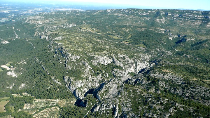 Vue aérienne sur le Petit Luberon et les gorges de Régalon © PNRL-Stéphane Legal