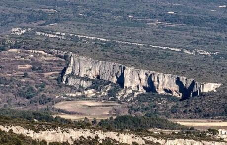 La falaise de la Madeleine à Lioux (photo PNRL - Stéphane Legal)