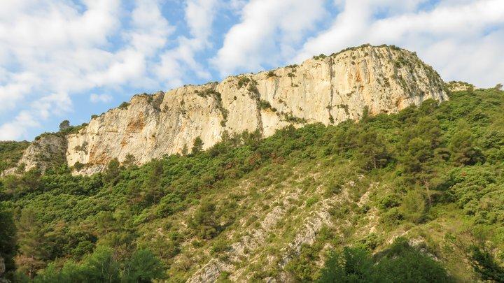 Discordance angulaire de la barre de molasse burdigalienne sur les calcaires hauteriviens (photo PNRL - Stéphane Legal)