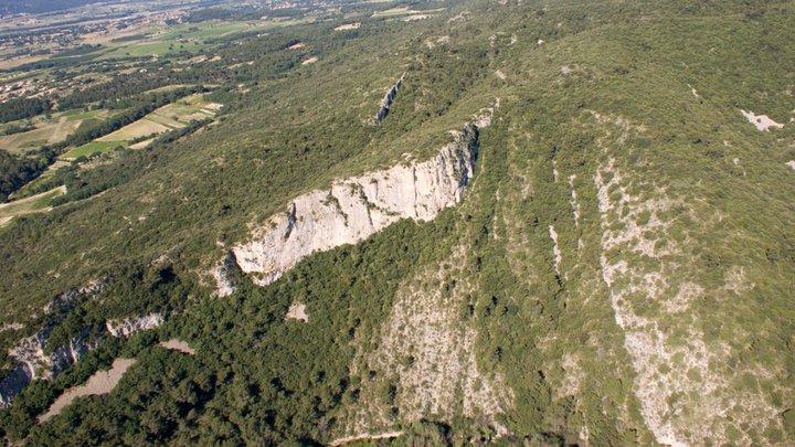 Vue aérienne sur la discordance angulaire de la barre de molasse burdigalienne sur les calcaires hauteriviens (photo PNRL - Stéphane Legal)