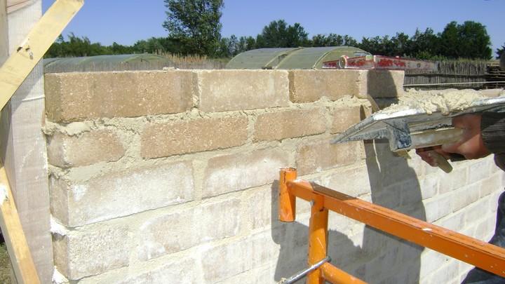 Construction d'un mur en brique de terre crue © PNRL