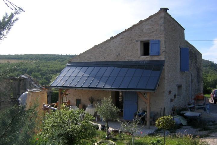 Panneaux solaires installés sur une maison individuelle © PNRL - Françoise Boulet