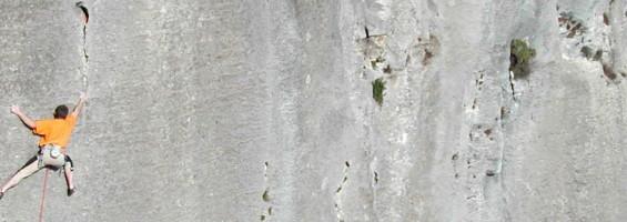 Grimpeur sur les parois du vallon de l'Aiguebrun, à Buoux (photo PNRL - Eric Garnier)