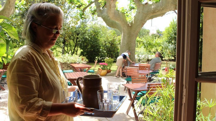 Nina Crovara sur la terrasse du Mas des grès © PNRL - Léa Samson