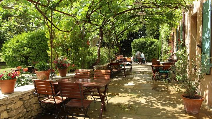 La terrasse de l'hôtel Mas des grès à Lagnes © PNRL - Léa Samson
