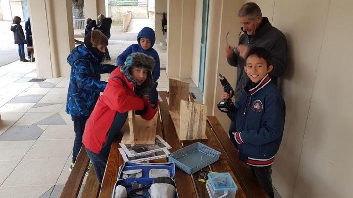 Construction et installation de nichoirs dans l'école Photo : école de Goult