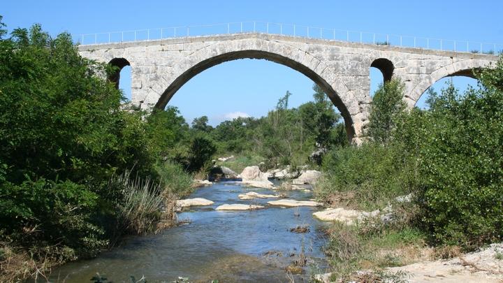 Le Calavon au Pont Julien (photo PNRL Jérôme Brichard)