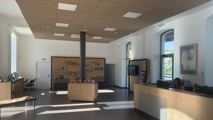 Aménagements intérieurs de l'office de tourisme Pays d'Apt Luberon (photo PNRL)
